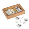 Pudełko z cyframi i znakami arytmetycznymi