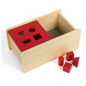 Pudełko z czerwona pokrywką i z 4. bryłami
